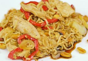 Кинески тестенини со пилешко и кикирики