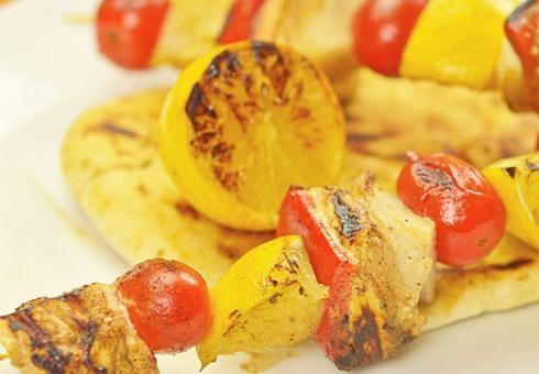 Пилешки ражничи во маринада од лимон